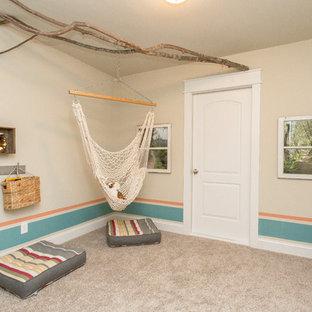 Foto på ett mellanstort amerikanskt könsneutralt barnrum kombinerat med lekrum och för 4-10-åringar, med heltäckningsmatta och beige väggar