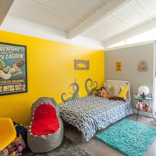Mid-Century Kinderzimmer mit Schlafplatz, gelber Wandfarbe und grauem Boden in Los Angeles