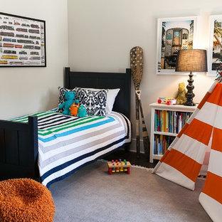 Idee per una cameretta per bambini da 4 a 10 anni country di medie dimensioni con pareti bianche, parquet scuro e pavimento marrone