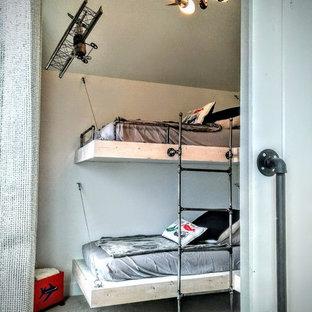 Cette photo montre une chambre d'enfant de 4 à 10 ans industrielle avec un mur gris et moquette.