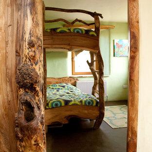 Diseño de dormitorio infantil de 4 a 10 años, bohemio, con paredes verdes y suelo de cemento