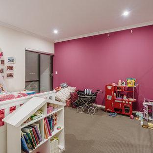 Foto på ett funkis barnrum kombinerat med sovrum, med heltäckningsmatta och flerfärgade väggar