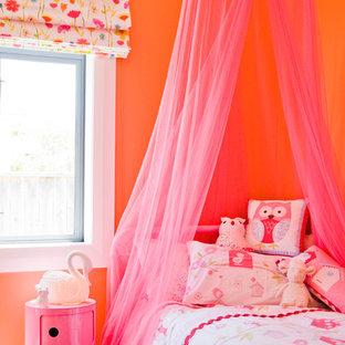 Réalisation d'une chambre d'enfant avec un mur orange.