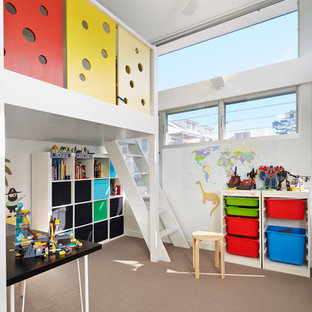 Свежая идея для дизайна: детская в современном стиле с ковровым покрытием, белыми стенами и игровой комнатой для ребенка от 4 до 10 лет, девочек или мальчиков - отличное фото интерьера
