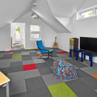 Modern inredning av ett stort könsneutralt barnrum, med vita väggar, heltäckningsmatta och flerfärgat golv