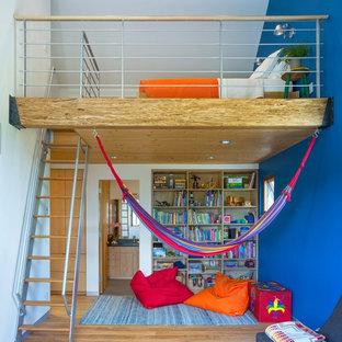 Mittelgroßes Modernes Kinderzimmer mit Schlafplatz, braunem Holzboden, braunem Boden und blauer Wandfarbe in Sonstige