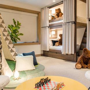 Idee per una cameretta per bambini da 4 a 10 anni rustica con pareti bianche, moquette e pavimento beige