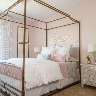 Klassisches Jugendzimmer mit Schlafplatz, rosa Wandfarbe, Teppichboden und beigem Boden in Jacksonville