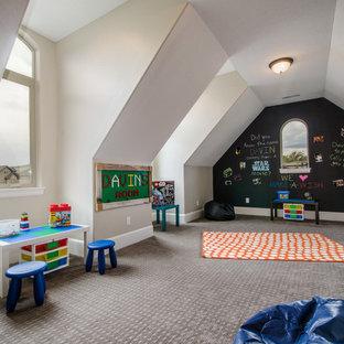 Ispirazione per una grande cameretta per bambini stile americano con pareti grigie e moquette