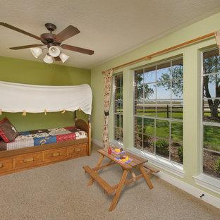 Foto di una cameretta per bambini da 4 a 10 anni stile americano di medie dimensioni con pareti multicolore, moquette e pavimento marrone