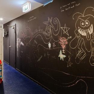 Idéer för mycket stora industriella könsneutrala tonårsrum kombinerat med lekrum, med flerfärgade väggar, linoleumgolv och blått golv