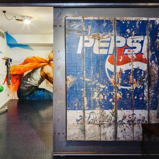 Inredning av ett industriellt mycket stort könsneutralt tonårsrum kombinerat med lekrum, med flerfärgade väggar, linoleumgolv och blått golv