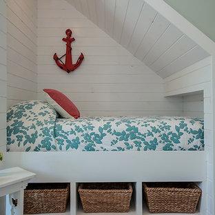 Foto på ett litet maritimt flickrum kombinerat med sovrum och för 4-10-åringar, med blå väggar och bambugolv
