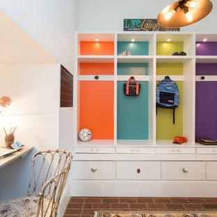 Diseño de habitación infantil unisex de 4 a 10 años, contemporánea, de tamaño medio, con escritorio, paredes blancas y suelo de ladrillo