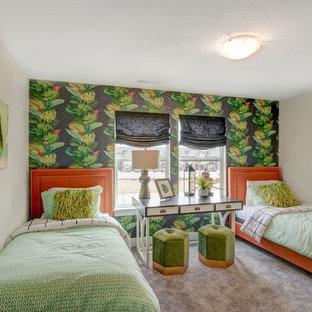 Exempel på ett mellanstort exotiskt könsneutralt barnrum kombinerat med sovrum och för 4-10-åringar, med beige väggar, heltäckningsmatta och grått golv