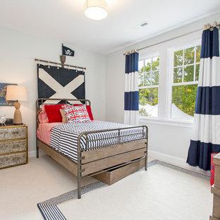 Cette image montre une chambre d'enfant urbaine avec un mur gris et moquette.
