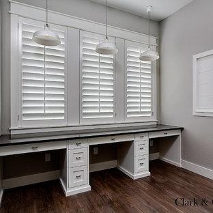 Idéer för att renovera ett stort lantligt könsneutralt barnrum kombinerat med skrivbord, med grå väggar och mörkt trägolv