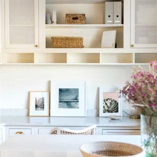 Idee per una grande cameretta per bambini da 4 a 10 anni classica con pareti bianche, pavimento in gres porcellanato e pavimento bianco