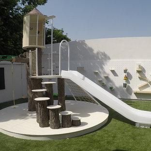 Foto di un'ampia cameretta per bambini da 4 a 10 anni minimal con pareti bianche e pavimento verde