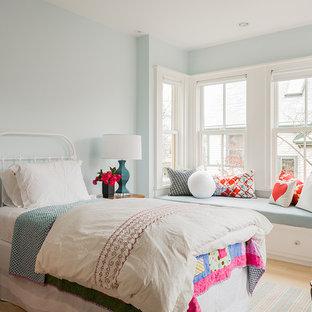 Inspiration för mellanstora minimalistiska flickrum kombinerat med sovrum, med blå väggar och ljust trägolv