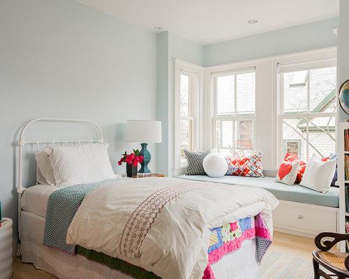 ejemplo de dormitorio infantil nrdico de tamao medio con paredes azules y suelo de