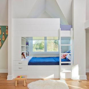 Ispirazione per una grande cameretta per bambini da 4 a 10 anni chic con pareti bianche e parquet chiaro