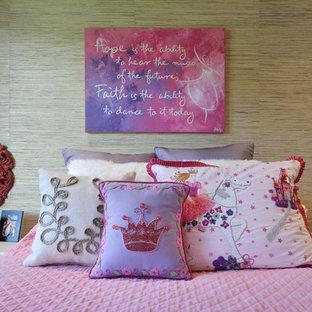 Ispirazione per una cameretta per bambini da 4 a 10 anni boho chic di medie dimensioni con moquette e pareti beige
