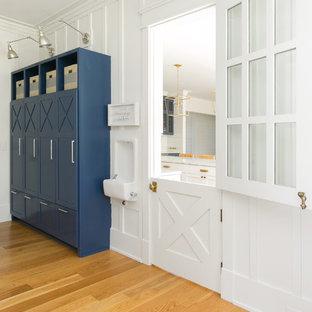 Idee per una cameretta per bambini da 1 a 3 anni country di medie dimensioni con pareti bianche, pavimento in legno massello medio e pavimento marrone