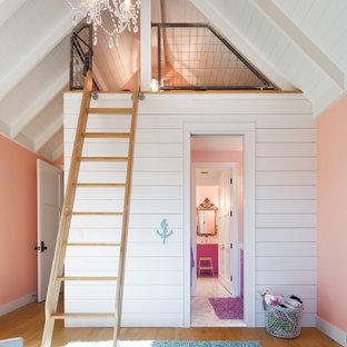Idéer för ett lantligt flickrum kombinerat med lekrum, med orange väggar, mellanmörkt trägolv och brunt golv