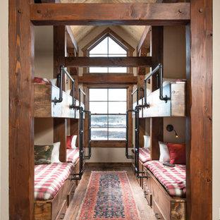 Idee per una cameretta per bambini da 4 a 10 anni stile rurale con pareti beige, pavimento in legno massello medio, pavimento marrone, travi a vista, soffitto a volta e soffitto in legno