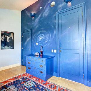 Inspiration för ett stort vintage pojkrum kombinerat med sovrum och för 4-10-åringar, med blå väggar och ljust trägolv