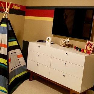 Imagen de dormitorio infantil de 4 a 10 años, clásico renovado, de tamaño medio, con paredes multicolor y moqueta