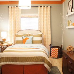 Foto på ett funkis barnrum kombinerat med sovrum, med heltäckningsmatta och grå väggar