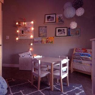 Стильный дизайн: детская среднего размера в скандинавском стиле с спальным местом, зелеными стенами, полом из известняка и черным полом для ребенка от 4 до 10 лет, девочки - последний тренд