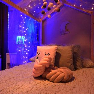 Inspiration för ett mellanstort nordiskt flickrum kombinerat med sovrum och för 4-10-åringar, med gröna väggar, kalkstensgolv och svart golv