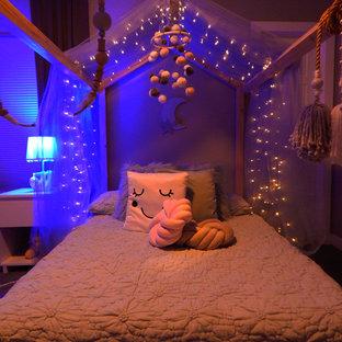 Nordisk inredning av ett mellanstort flickrum kombinerat med sovrum och för 4-10-åringar, med gröna väggar, kalkstensgolv och svart golv