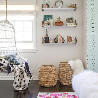 Ejemplo de dormitorio infantil bohemio, de tamaño medio, con suelo de madera oscura