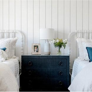 Esempio di una cameretta per bambini da 4 a 10 anni stile marinaro con pareti bianche e pareti in perlinato