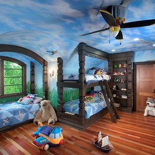 Foto di un'ampia cameretta per bambini da 4 a 10 anni chic con pareti blu e parquet chiaro