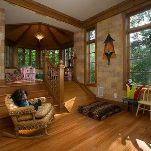 Esempio di un'ampia cameretta per bambini da 4 a 10 anni classica con pareti blu e parquet chiaro