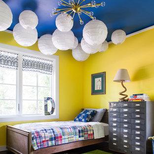 Foto de dormitorio infantil de 4 a 10 años, clásico renovado, con paredes amarillas y suelo de madera oscura