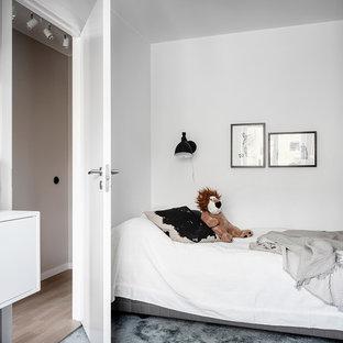 Inspiration för mellanstora nordiska barnrum kombinerat med sovrum, med vita väggar, heltäckningsmatta och turkost golv