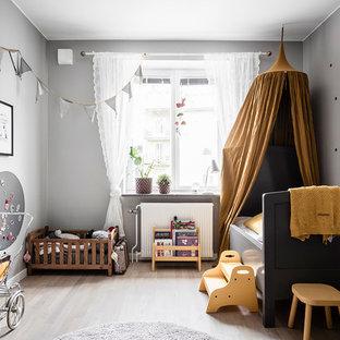 Exempel på ett mellanstort skandinaviskt flickrum kombinerat med sovrum, med grå väggar, ljust trägolv och beiget golv
