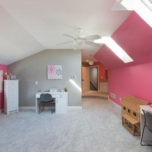 Esempio di una grande cameretta per bambini stile americano con pareti rosa, moquette e pavimento grigio