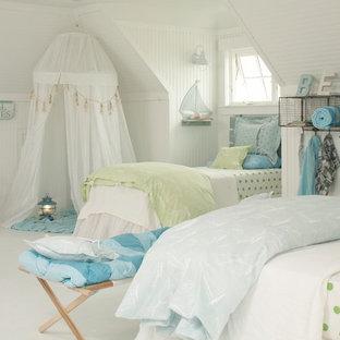 Modelo de dormitorio infantil costero, de tamaño medio, con suelo blanco, paredes beige y suelo de baldosas de porcelana