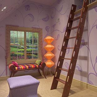 Foto di un'ampia cameretta per bambini da 4 a 10 anni chic con pareti viola e moquette