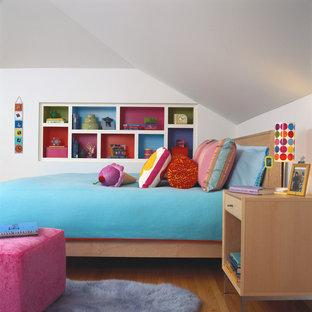 Réalisation d'une chambre d'enfant design de taille moyenne avec un mur blanc et un sol en bois brun.