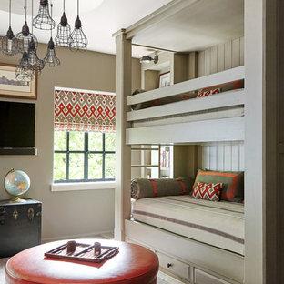 Immagine di una cameretta per bambini chic con pareti beige