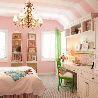 Modelo de dormitorio infantil tradicional con paredes rosas