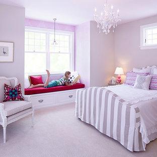 Klassisk inredning av ett stort flickrum kombinerat med sovrum och för 4-10-åringar, med lila väggar och heltäckningsmatta